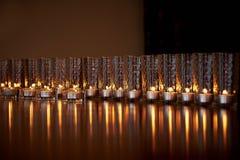 Płonące świeczki w przejrzystych szkłach, błyszcząca podłoga odbicie Nastrój, relaks, modlitwa i wygoda, obraz stock