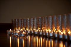 Płonące świeczki w przejrzystych szkłach, błyszcząca podłoga odbicie Nastrój, relaks, modlitwa i wygoda, fotografia royalty free