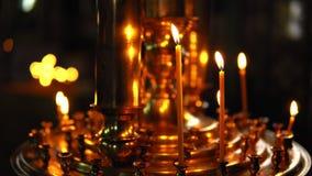 Płonące świeczki w złocistym candlestick zbiory wideo