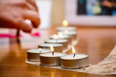 Płonące świeczki, wykładać up w rzędzie, na cześć przegranych żołnierzy, d zdjęcie stock