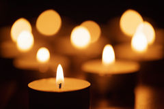 Płonące świeczki z pięknym z ostrości Obraz Stock
