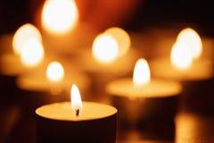 Płonące świeczki z pięknym z ostrości Obraz Royalty Free
