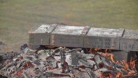 Płonące drewniane militarne skrzynki od amunicj płonący ogień Tli się graba zdjęcie wideo