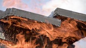 Płonące drewniane militarne skrzynki od amunicj płonący ogień Tli się graba zbiory wideo