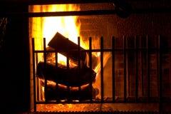 płonące kominków kłód Zdjęcie Royalty Free