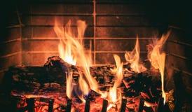 płonące kominków kłód Zdjęcia Royalty Free