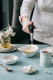 Płonący creme brulee z kawą obraz stock