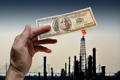 Płonący dolar amerykański na skamieniałym paliwie obrazy stock