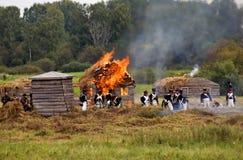 Płonący dom na wsi przy Borodino batalistycznym dziejowym reenactment w Rosja Obraz Royalty Free