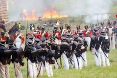 płonący dom Żołnierze stoją na batalistycznym polu Zdjęcie Stock
