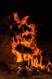 Płonący drewna z płomieniami obraz stock