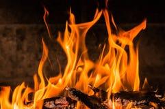 Płonący drewna z płomieniami zdjęcie royalty free