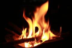 Płonący drewno w gorącej kuchence Zdjęcia Royalty Free