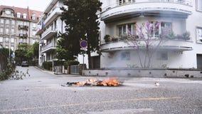 Płonący jałowy śmieci ogienia kosz po żółtych kamizelek protestuje zbiory wideo
