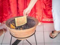 Płonący Joss papier, złoto papier/ Zdjęcia Royalty Free