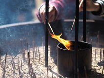 Płonący kadzidło przy świątynią Zdjęcia Royalty Free