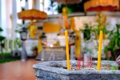 Płonący Kadzidłowi aromatów kije W łzawicy, Tajlandzka świątynia, Tajlandia Zdjęcie Stock