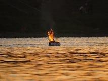 Płonący ogień Płonie na tratwie w wodzie na rzece podczas zmierzchu zdjęcie royalty free