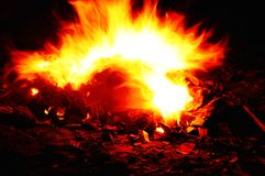 Płonący ogień przy nocą odizolowywającą na czerni Zdjęcie Royalty Free