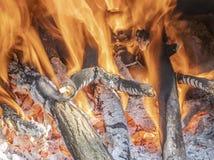 Płonący ogień w grabie w domu zdjęcie stock