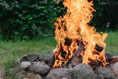 Płonący ognisko w z round grabą od kamieni w naturze zdjęcie stock