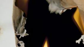 Płonący papier przez centrum na czarnym tle zbiory