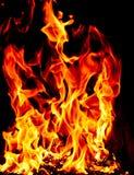 Płonący pożarniczy płomień na czarnym tle, bele pali w grabie obrazy stock
