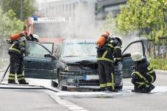 Płonący pojazd mechaniczny stawiający out palaczami w ochronnym zakrzepie Zdjęcia Stock