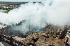 Płonący przemysłowy budynek Dym, zawalony dach, widok z lotu ptaka obraz royalty free