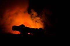 Płonący samochód na ciemnym tle Samochodowy łapanie ogień po aktu wandalizm lub droga indicent, Zdjęcie Stock