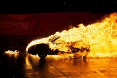 płonący samochodowy nightshot obrazy stock