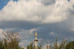 Płotowa poczta w chmurnym niebie fotografia stock