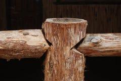 płotowy poręcz ciosający z grubsza drewniany Obrazy Stock
