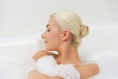 płuczkowa łazienki kobieta obraz royalty free