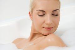 płuczkowa łazienki kobieta zdjęcie royalty free