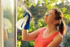 płuczkowi okno kobiety potomstwa Piękna młoda gospodyni domowa robi domowym obowiązek domowy zdjęcie royalty free