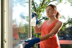 płuczkowi okno kobiety potomstwa Piękna młoda gospodyni domowa robi domowym obowiązek domowy obraz royalty free