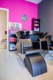 Płuczkowy kierowniczy siedzenie wśrodku włosy i piękno salonu Obraz Royalty Free