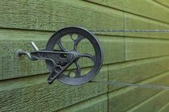Płuczkowy kreskowy pulley z wspinającą się linią dalej, załatwiający na aluminiowym haczyku fotografia royalty free