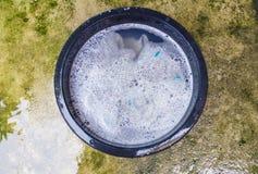 Płuczkowy namok odziewa w basenu czerni z detergentem który bąbel obrazy stock