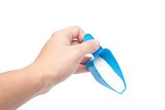 Płuczkowy proszek i błękitna miarka w ręce Obrazy Royalty Free
