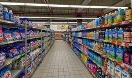 Płuczkowy proszek i pralniani detergenty przy supermarketem obraz royalty free