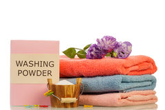 Płuczkowy proszek i ręczniki fotografia royalty free
