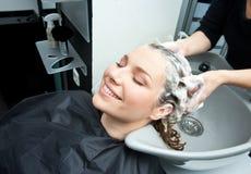 Płuczkowy włosy w salonie obraz royalty free