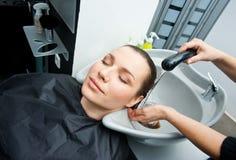Płuczkowy włosy w salonie fotografia stock