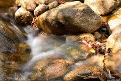 płynąć przez skały wodą Zdjęcie Royalty Free