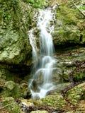 płynie w dół skały wiosny Fotografia Stock