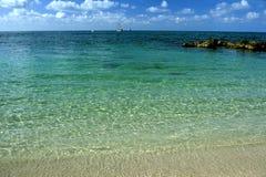 Płytka tropikalna woda i piaskowata plaża Fotografia Royalty Free