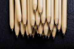 Płytki ostrość widok zakończenie wizerunek nowi pióro ołówki widzieć na ciemnego czerni tle Egzamin próbny Up Obraz Royalty Free