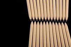 Płytki ostrość widok zakończenie wizerunek nowi pióro ołówki widzieć na ciemnego czerni tle Egzamin próbny Up Fotografia Stock